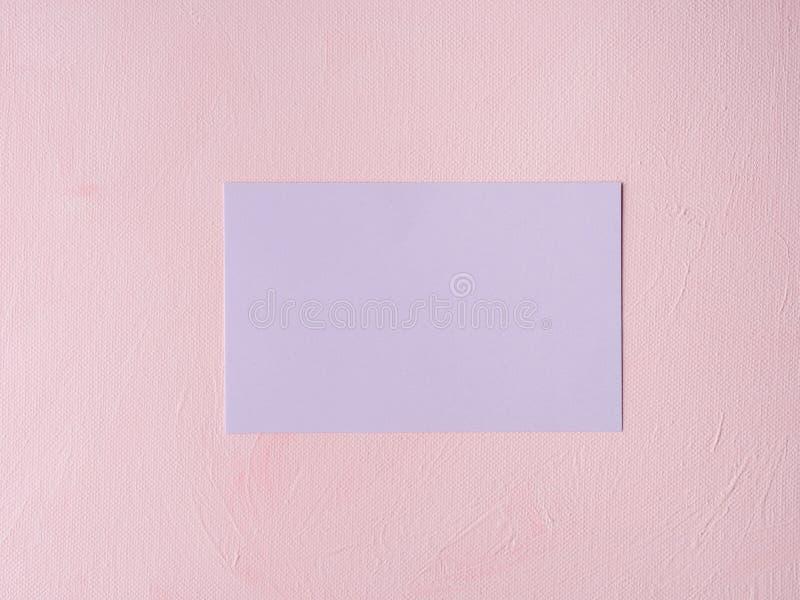 Tarjeta en colores pastel púrpura en fondo texturizado rosa fotos de archivo