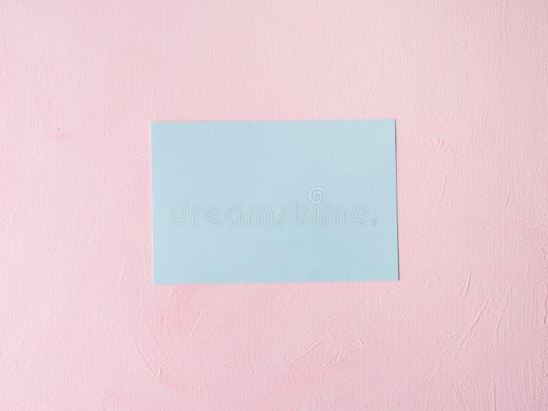 Tarjeta en colores pastel verde en fondo texturizado rosa imagen de archivo libre de regalías
