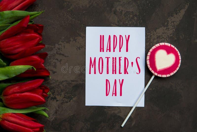 Tarjeta feliz del día del ` s de la madre con los tulipanes rojos imágenes de archivo libres de regalías