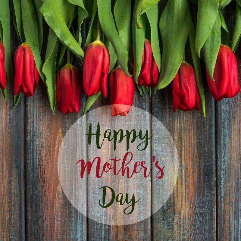 Tarjeta feliz del día del ` s de la madre con los tulipanes rojos fotos de archivo libres de regalías