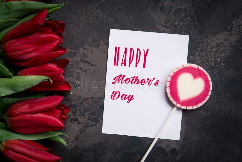 Tarjeta feliz del día del ` s de la madre con los tulipanes rojos fotografía de archivo libre de regalías