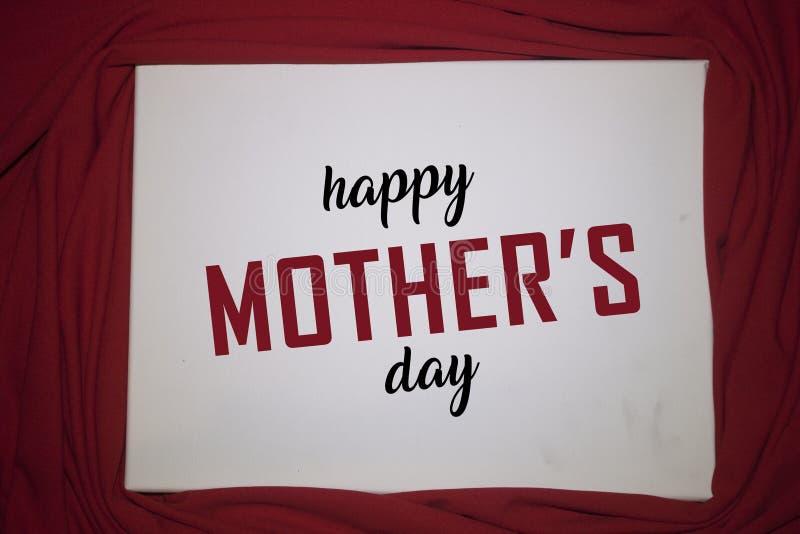 Tarjeta feliz del d?a del `s de la madre Hoja en blanco del Libro Blanco con el fondo rojo Espacio para el texto Concepto del d?a foto de archivo