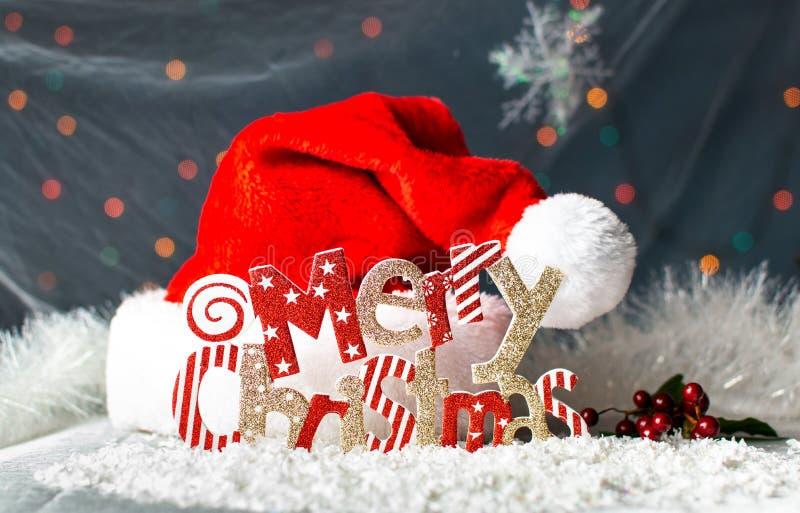 Tarjeta festiva del fondo de la Feliz Navidad con el sombrero de Papá Noel fotos de archivo