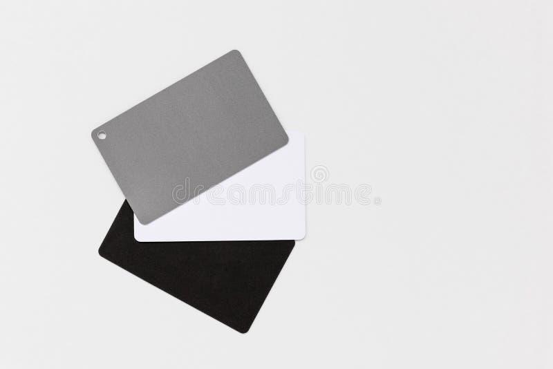 Tarjeta gris fotográfica para balance de blancos aislada en fondo blanco, con espacio de copia fotografía de archivo