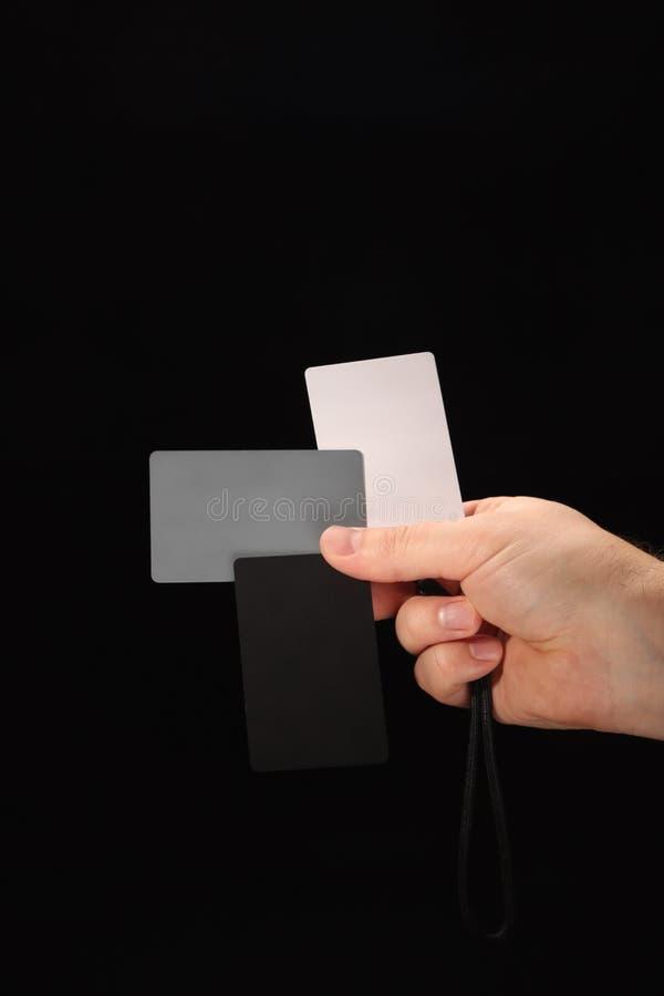 Tarjeta gris Juego de tarjetas de color blanco, negro y gris al 18% para el balance de blancos digital imagenes de archivo