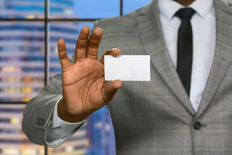 Tarjeta negra de la visita de las demostraciones del hombre de negocios imágenes de archivo libres de regalías