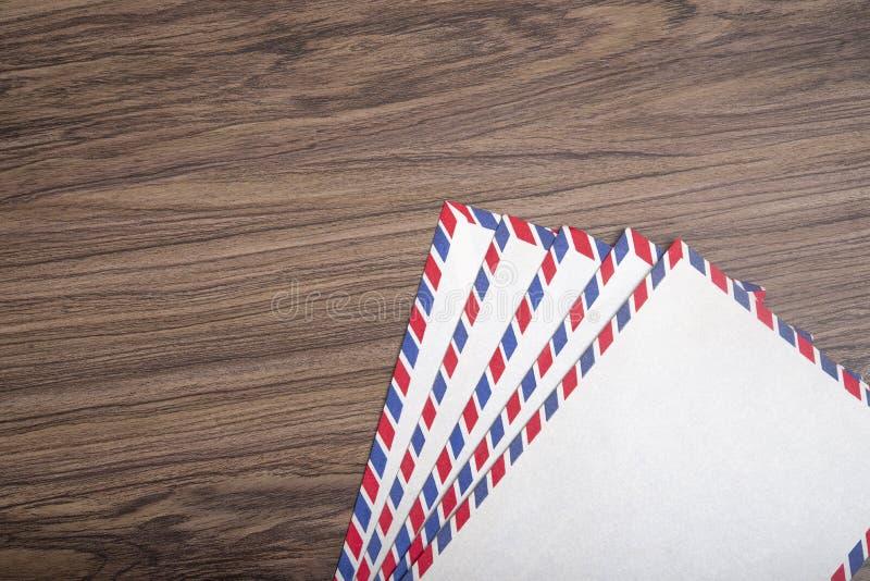 Tarjeta postal antigua en blanco sobre fondo de madera, concepto de correo imagen de archivo