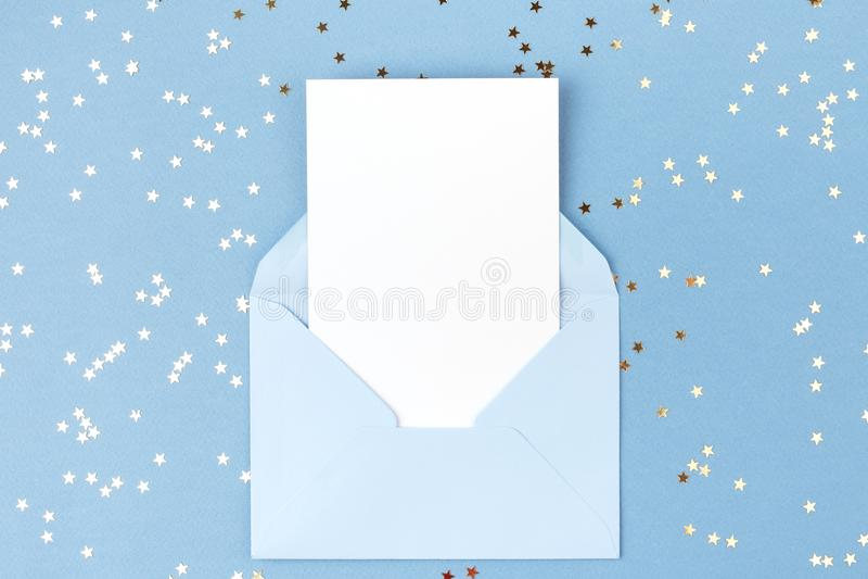 Tarjeta vacía en sobre azul fotos de archivo