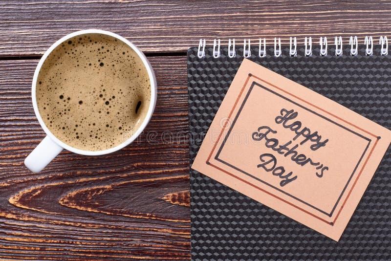 Tarjeta y café del día del ` s del padre imagen de archivo libre de regalías