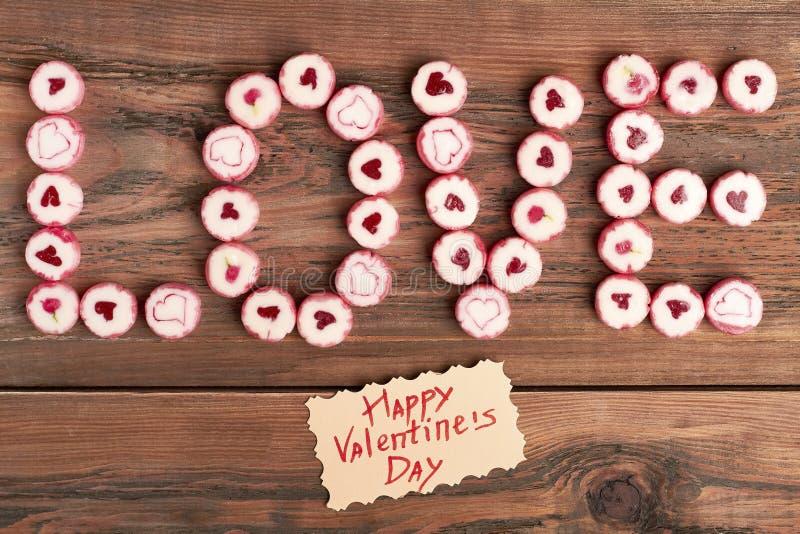 Tarjeta y caramelos del día del ` s de la tarjeta del día de San Valentín foto de archivo libre de regalías