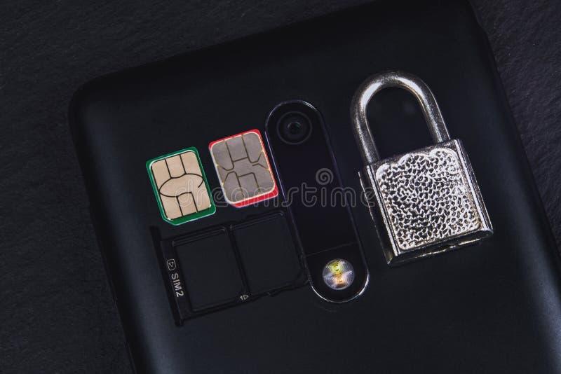Tarjeta y cerradura de Sim en el teléfono fotos de archivo