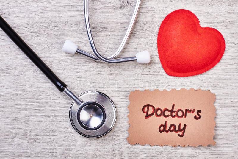 Tarjeta y estetoscopio del día del ` s del doctor imágenes de archivo libres de regalías