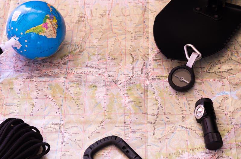 Tarjeta y herramientas turísticas Las herramientas del turista y del arqueólogo imágenes de archivo libres de regalías