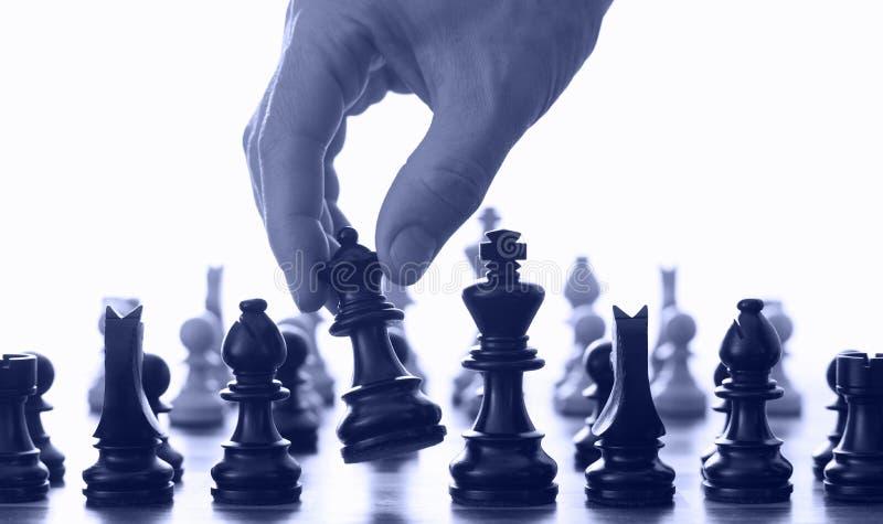 Tarjeta y mano de ajedrez fotos de archivo