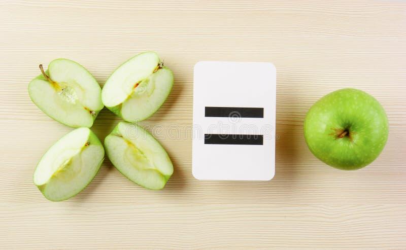 Tarjeta y manzana de la escuela con matemáticas fotografía de archivo