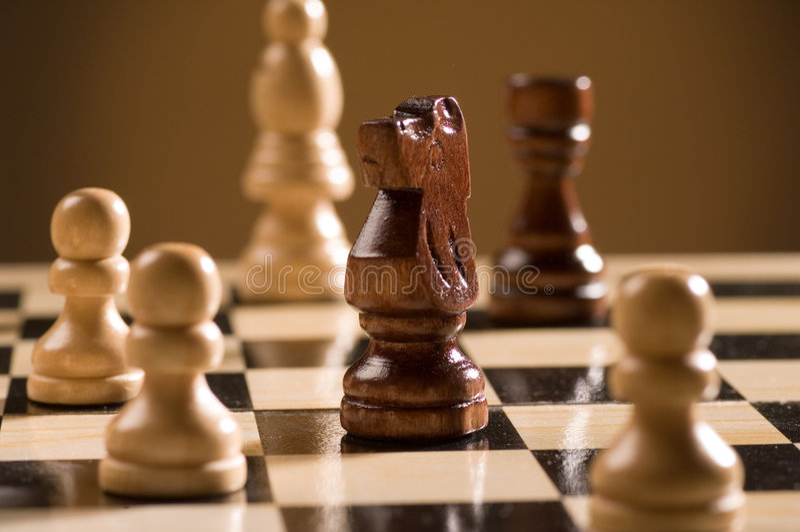 Tarjeta y pedazos de ajedrez imágenes de archivo libres de regalías