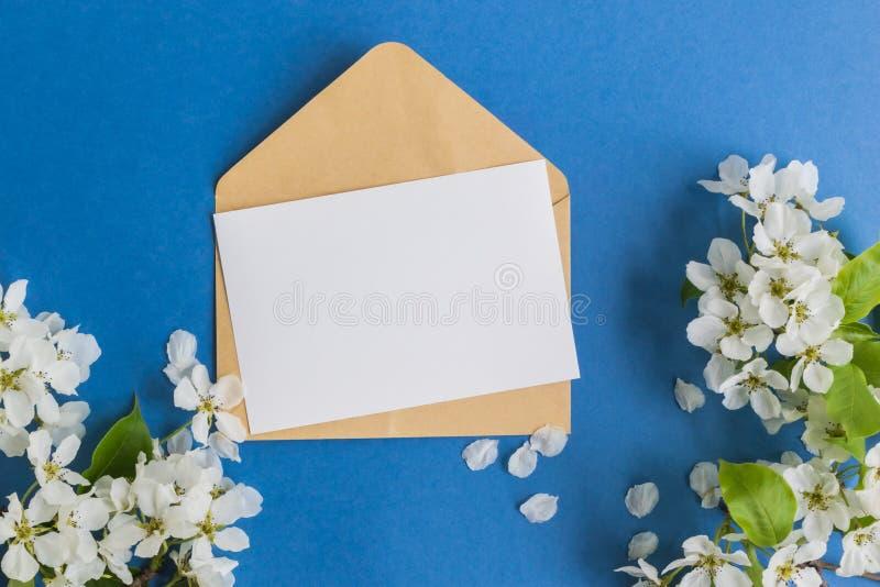Tarjeta y sobre blancos de felicitación de la maqueta fotos de archivo