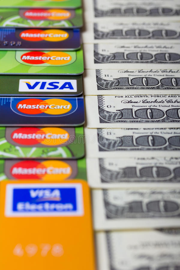 Tarjetas de crédito con las cuentas de dólar de EE. UU. imagen de archivo
