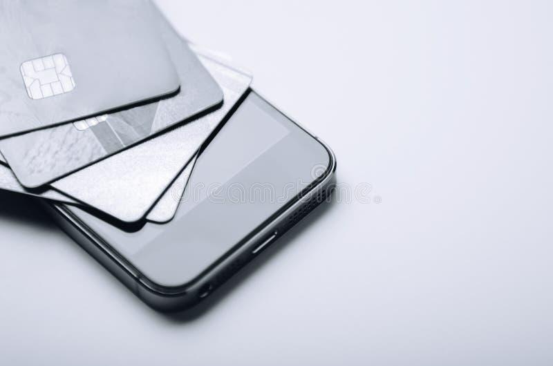 Tarjetas de crédito en el teléfono Pago en línea, haciendo compras de hogar Proceso creativo Copie el espacio imágenes de archivo libres de regalías