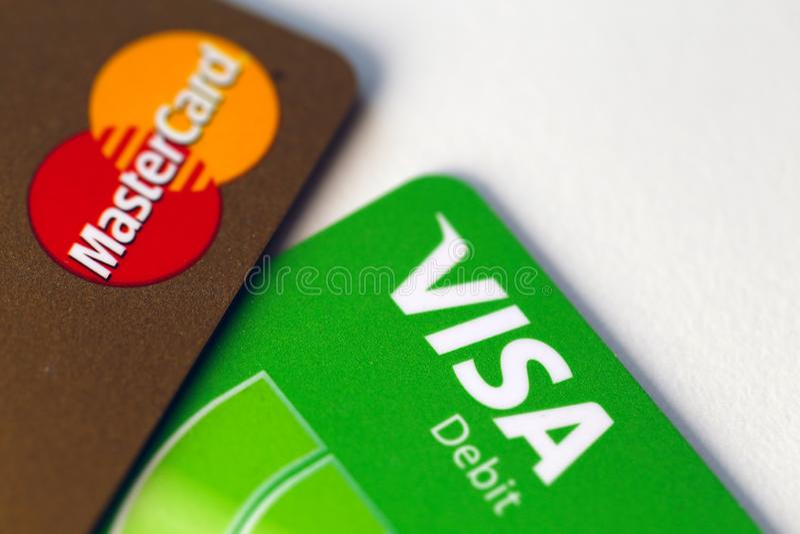 Tarjetas de débito del oro y de la visa de Mastercard en un primer imagenes de archivo