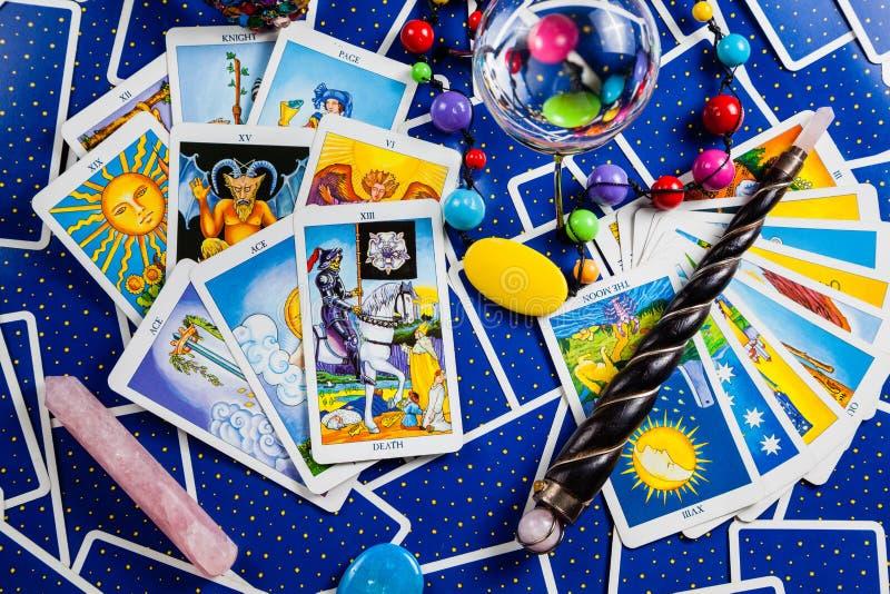 Tarjetas de tarot azules mezcladas con una bola y una varita mágicas. imagen de archivo libre de regalías