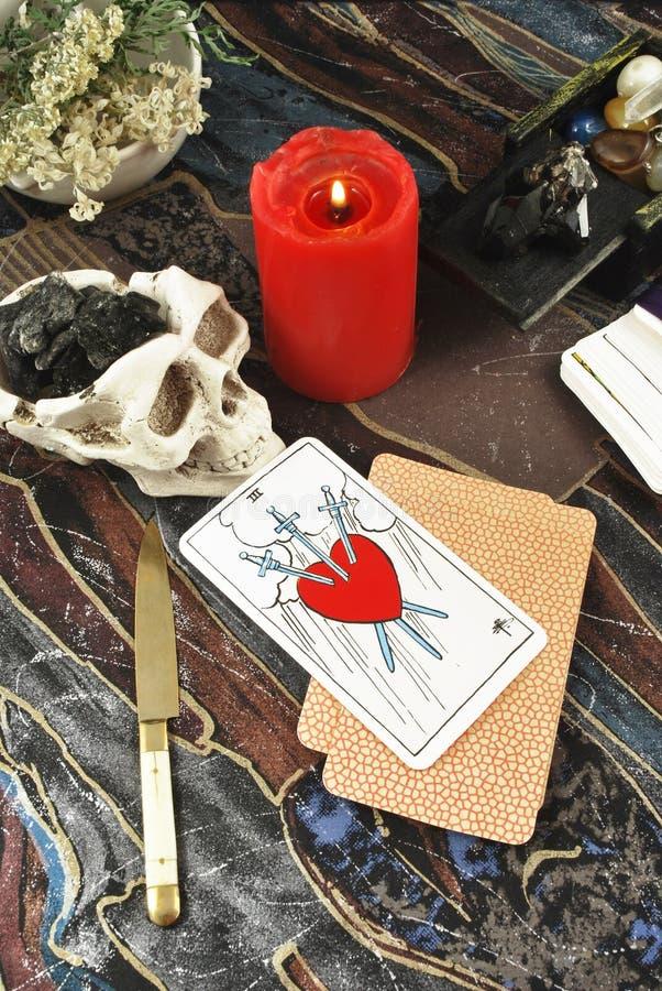 Tarjetas de Tarot con la vela ardiente fotos de archivo