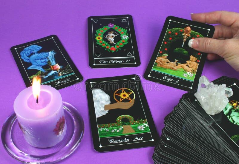 Tarjetas de Tarot de la lectura foto de archivo libre de regalías