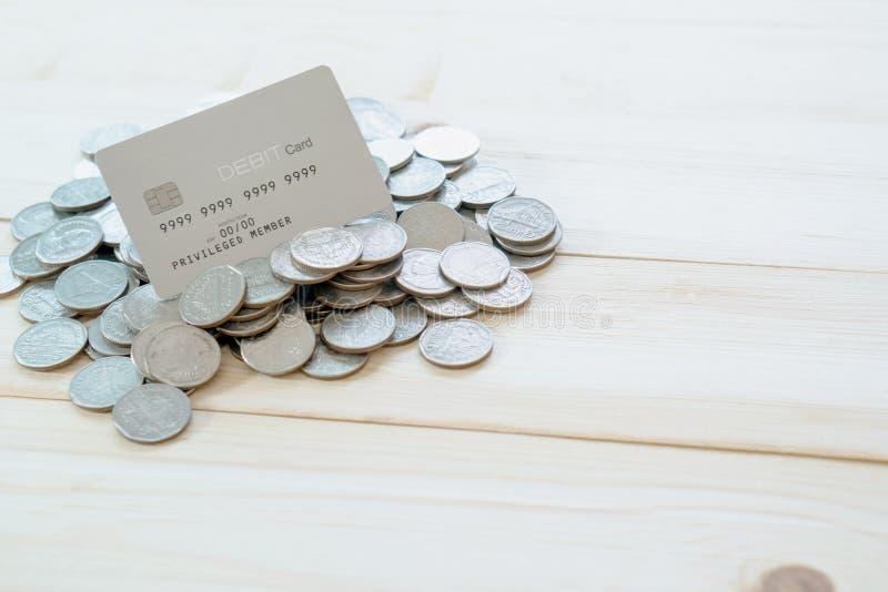 Tarjetas de un Dedit con las monedas fotografía de archivo libre de regalías