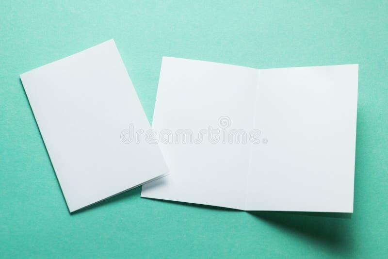 Tarjetas de visita abiertas Plantilla para la identidad de marcado en caliente Aislado con la trayectoria de recortes Maqueta fotografía de archivo libre de regalías