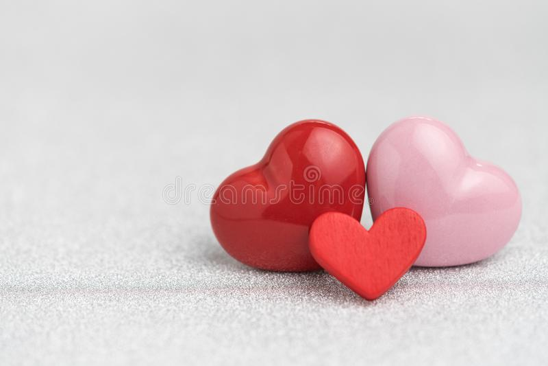 Tarjetas del día de San Valentín, invitación de boda o fondo con el corazón rojo y rosado s fotografía de archivo
