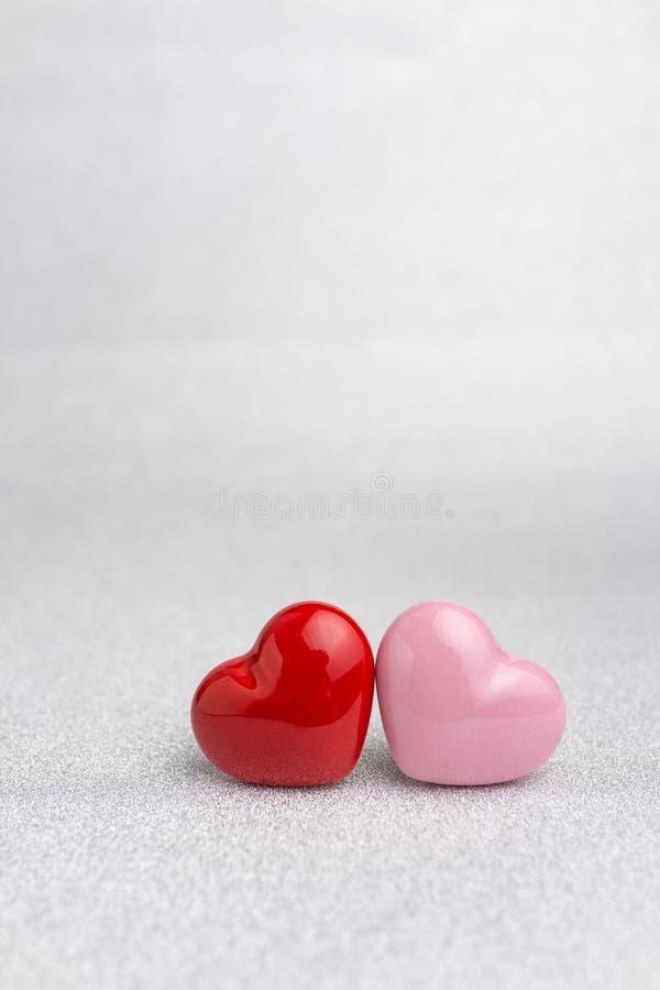Tarjetas del día de San Valentín, invitación de boda o fondo con el corazón rojo y rosado s imágenes de archivo libres de regalías