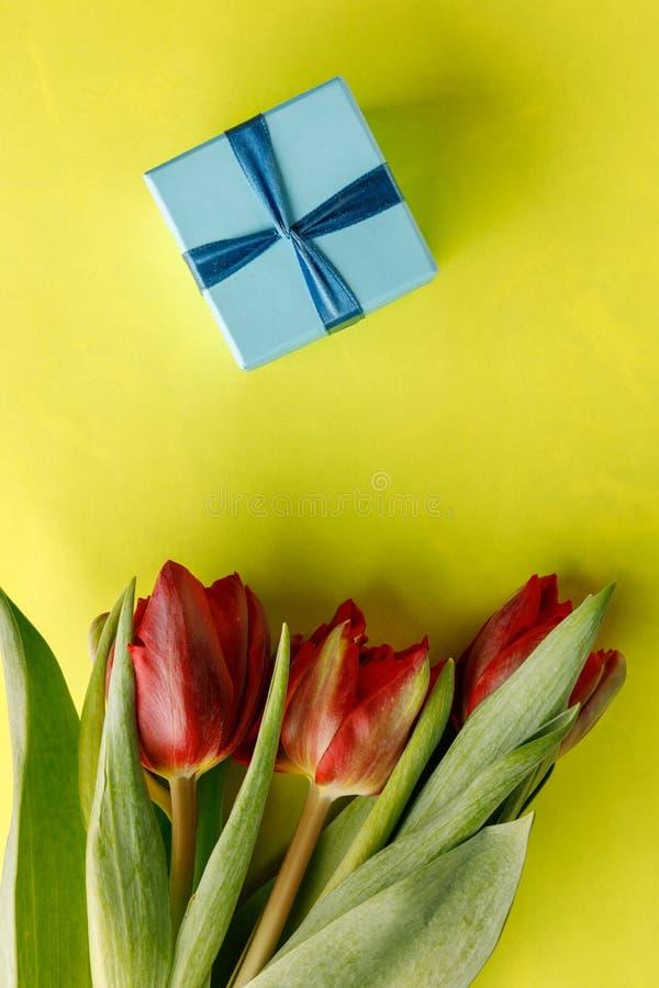 Tarjetas del día de San Valentín madres día concepto primavera para mujer del 8 de marzo, - tulipanes rosados, caja del arte del  imagen de archivo libre de regalías