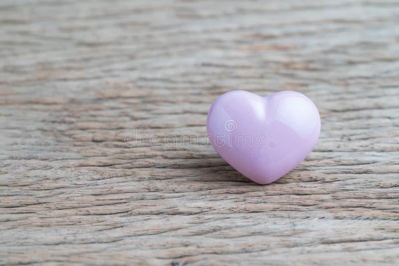 Tarjetas del día de San Valentín o fondo de la boda con forma rosada del corazón en de madera imagen de archivo libre de regalías