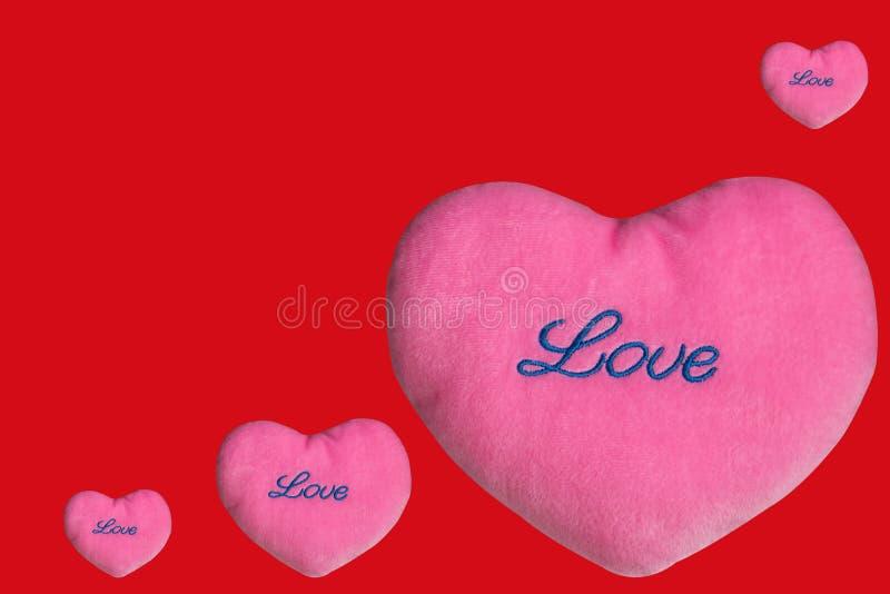 Tarjetas del día de San Valentín rosadas del corazón en fondo rojo fotos de archivo libres de regalías