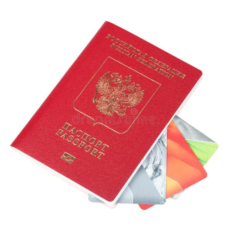 Tarjetas del pasaporte y de crédito en un fondo blanco imagenes de archivo