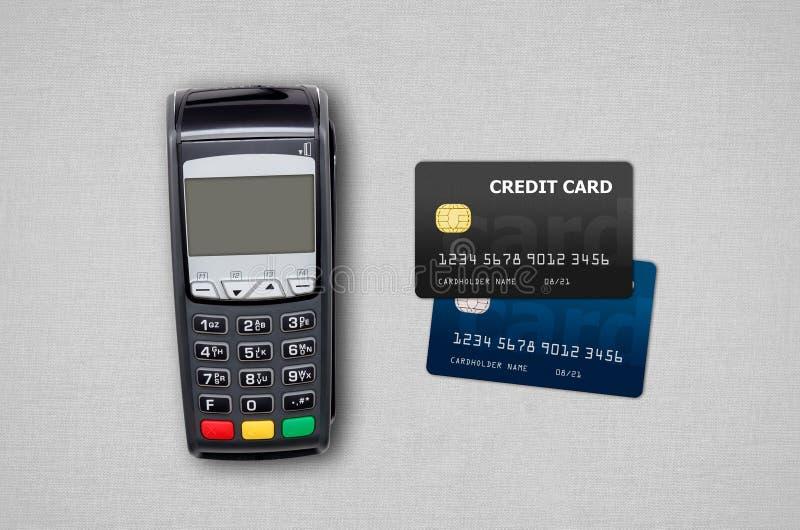 Tarjetas del terminal y de crédito del pago en fondo gris imagen de archivo libre de regalías