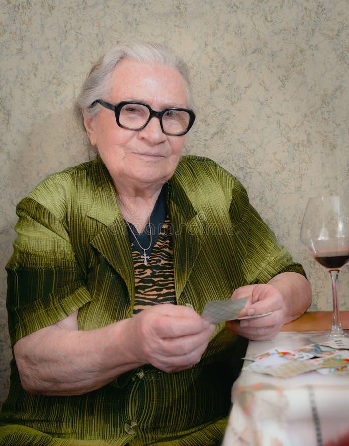 Tarjetas que juegan de la mujer mayor fotos de archivo libres de regalías