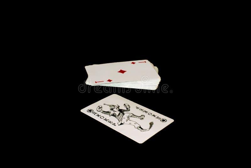 tarjetas que juegan en fondo negro imagenes de archivo
