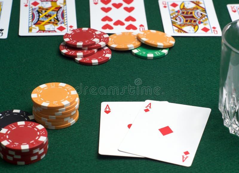 Tarjetas y virutas del póker foto de archivo