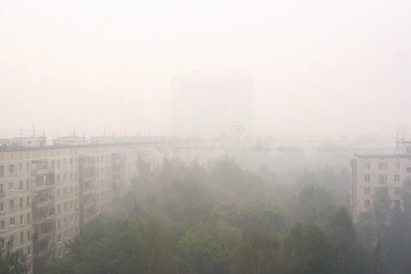 Tarnmanöver über Moskau nach Waldbränden stockfotos