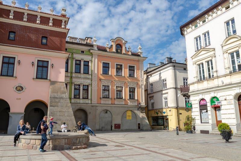 Tarnow, Malopolskie/Польша - 1-ое мая 2019: Рыночная площадь и исторические арендуемые дома Центр города в центральной Польше стоковое фото rf