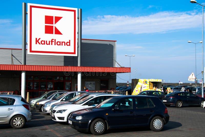Tarnowskie sangriento, Polonia - 14/04/2019 - supermercado Kaufland fotos de archivo libres de regalías