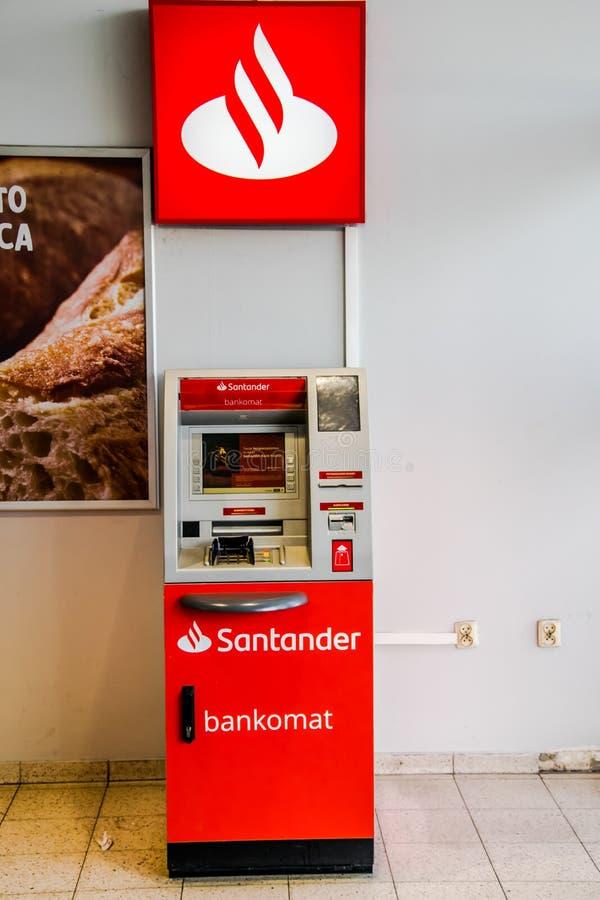 Tarnowskie sanguinoso, Polonia - 14/04/2019 - banca di Santander di bancomat fotografie stock libere da diritti