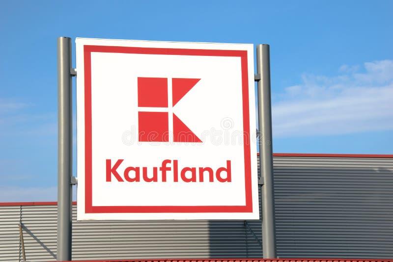 Tarnowskie sanguinoso, Polonia - 14/04/2019 - supermercato Kaufland di Lolgo immagini stock libere da diritti
