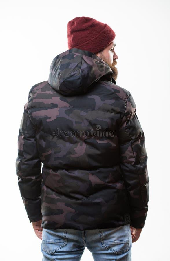 Tarnungsmuster-Jackenparka des Mannstands warmer mit der Haube lokalisiert auf weißem Hintergrund Hippie-Wintermode Kerlabnutzung stockfotos