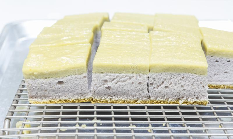 Taro Chiffon Cake med Taro Thai Custard royaltyfri bild
