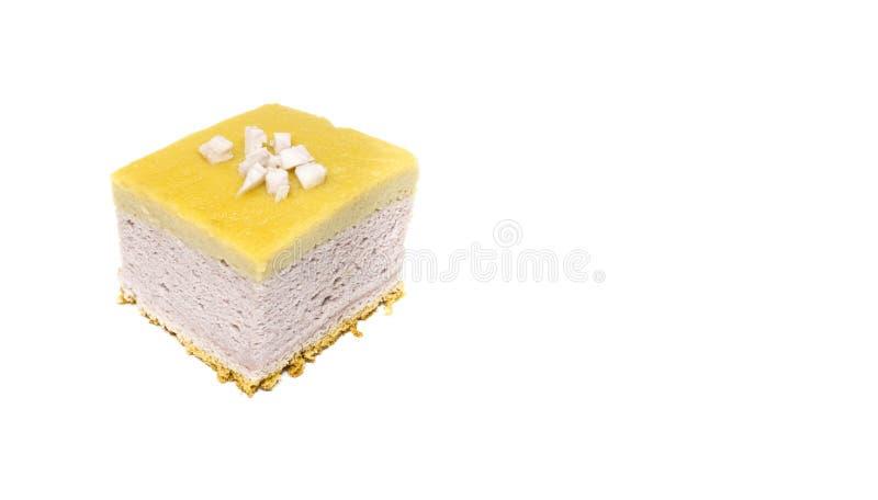 Taro Chiffon Cake med Taro Thai Custard på vit bakgrund arkivfoto