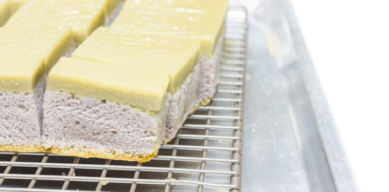 Taro Chiffon Cake med Taro Thai Custard på vit bakgrund arkivfoton