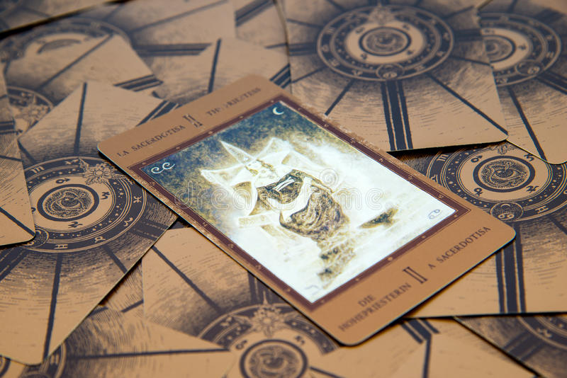 Tarockkarte das Hohepriesterin Labirinth-Tarockplattform Geheimer Hintergrund stockfotografie