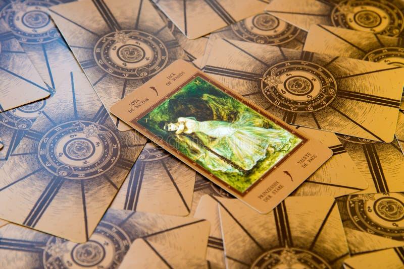 Tarockkarte Jack von Stäben Labirinth-Tarockplattform Geheimer Hintergrund stockbilder